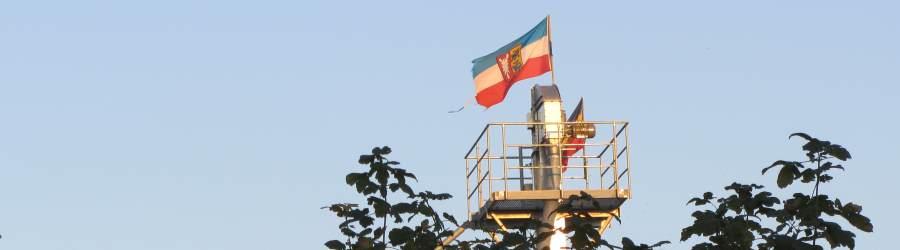 Schleswig-Holstein-Fahne in der Dorfmitte bei Hamesters