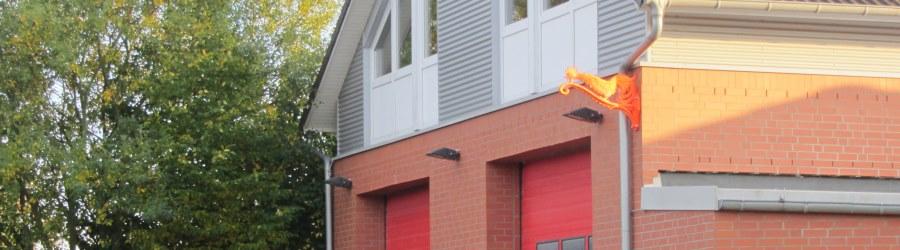 Das Feuerwehrgerätehaus mit Leuchtendem Hahn